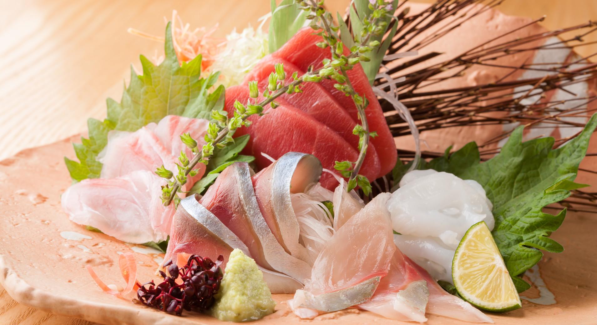 ご接待や大人のデートなど、 大切なご会食の際にはコース料理がお薦めです。 コース料理は『榊』『椿』『楓』の3種を基本としていますが、 特別コースも承ります。 ご予算等、お気軽にご要望をお聞かせください。